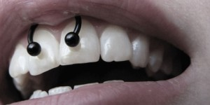 Пірсинг вуздечки верхньої губи